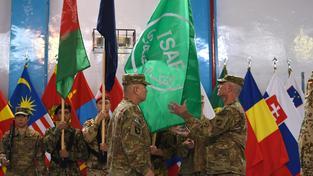 Vojenská mise v Afghánistánu skončila, vojáci sundavají vlajku Mezinárodních sil pro podporu bezpečnosti