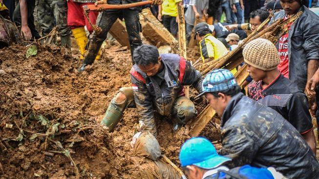 Sesuvy půdy v Indonésii připravily o střechu nad hlavou zhruba 135 tisíc lidí