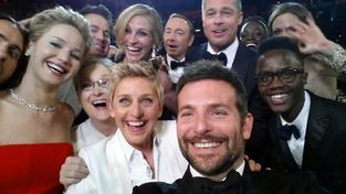Nejslavnější selfie, které zbouralo Twitter. Americká moderátorka Ellen DeGeneres se vyfotila se slavnými herci během předávání cen Academy Awards. Později se ukázalo, že šlo o reklamu
