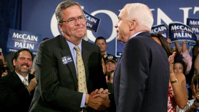 Jeb Bush se senátorem a republikánským kandidátem v roce 2008 Johnem McCainem