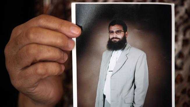 Husám Kavásma na fotografii, kterou v ruce drží jeho matka