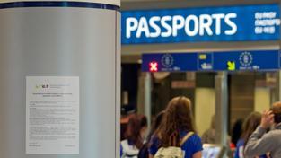 Na riziko eboly upozorňují i letáky na letišti