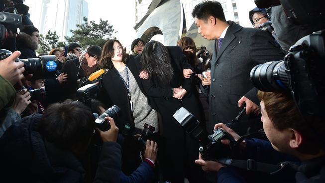 Dědička Korean Air Čo Hjon-a opouští úřad prokurátora v Soulu a zakrývá si tvář před novináři