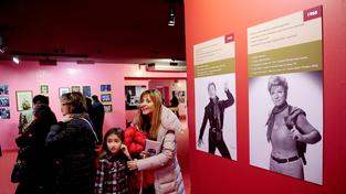 Výstava o Zeki Murenovi láká davy, včetně rodin s dětmi