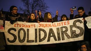 Střelba v Paříži vyvolala řadu spontánních pietních akcí (na snímku studenti žurnalistiky), ale také přísných bezpečnostních opatření