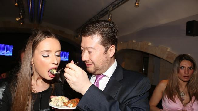 Poslanec Okamura krmí svoji přítelkyni tradičním českým pokrmem