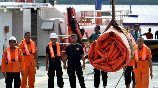 Pátrací tým se připravuje na vyzdvižení ocasní části zříceného letounu
