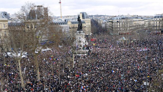 Na náměstí Republiky a v jeho okolí se shromáždily statisíce lidí, průvod v čele s francouzským prezidentem zamíří na náměstí Národa