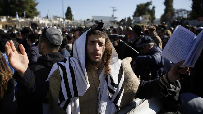Pohřbu se v Jeruzalémě účastní stovky lidí