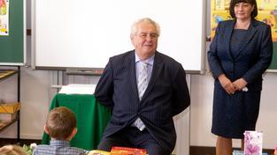 """Prezident Zeman nechce míchat zdravé děti s """"nemocnými"""""""