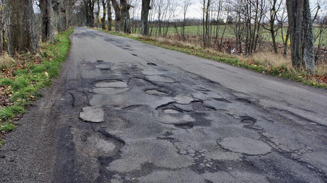 Silnice druhých a třetích tříd jsou mnohde ve špatném stavu, kraje ale na jejich opravu často nemají peníze (ilustrační snímek)