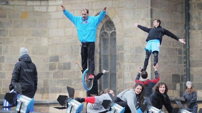 Nácvik akrobatické části sobotního slavnostního zahájení EHMK 2015 v Plzni
