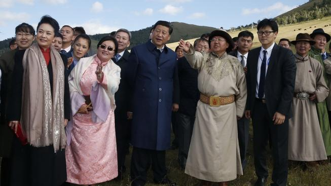 Až pojede Zeman na reciproční návštěvu Mongolska, že mu tamní hlava státu ukáže v tradičním kroji spoustu místních zajímavostí tak, jako na snímku čínskému prezidentovi