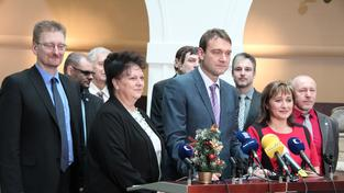 Radim Fiala (uprostřed) na tiskové konferenci hnutí Úsvit