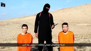 Záběr z propagačního videa IS, ve kterém je požadováno výkupné za dva japonské zajatce