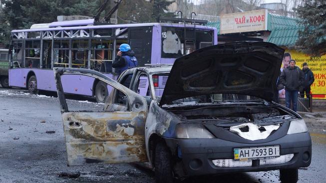 Během dnešního útoku na tramvajovou zastávku a trolejbus zemřelo minimálně 13 lidí, další desítky byly zraněny