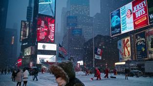 Sníh vyhnal auta ze silnic, po New Yorku se dá pohybovat jen pěšky