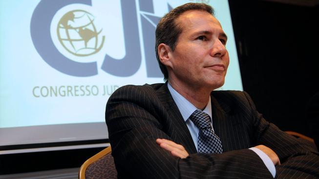 Alberto Nisman obvinil 14. ledna argentinskou prezidentku z krytí pachatelů atentátu. Jen pár hodin před tím, než měl předložit důkazy, spáchal sebevraždu. Podle prezidentky jde o spiknutí a zabila ho tajná služba