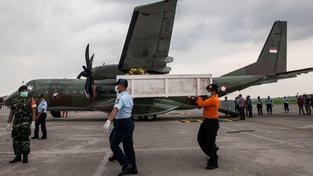 Pátrání po obětech pádu letadla společnosti AirAsia končí. Většina těl zůstala pravděpodobně zaklíněna v trupu letadla, který se během nepovedených pokusů o vyzvednutí rozlámal