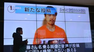 Kedžimo Goto postupně na videu ukázal fotografii mrtvého japonského kolegy, v úterý pak snímek jordánského pilota. Teroristé výměnou za jejich životy požadují propuštění Sadžídy Rišávíové