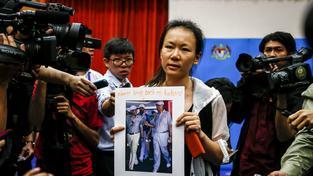 Vdova po jednom z cestujících zmizelého letu MH370 s fotografií svého manžela