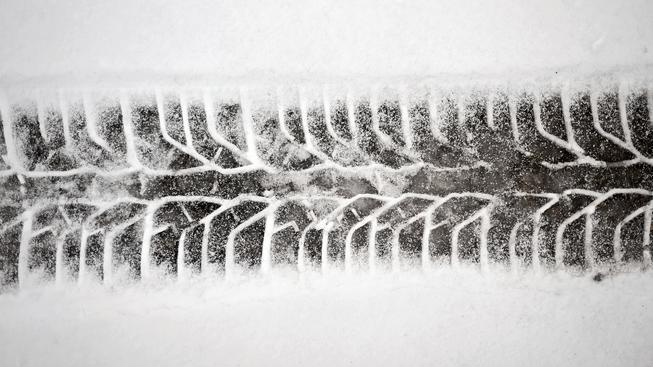 V místě nehody byl na silnici čerstvě napadaný sníh, ilustrační snímek