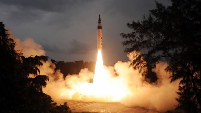 Indická raketa dlouhého doletu Agni-V při zkušebním startu v roce 2013