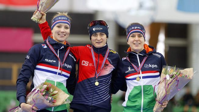 Martina Sáblíková (uprostřed) na stupni vítězů po závodě na 3000 metrů v Hamaru