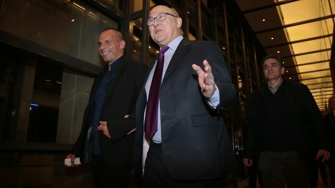 Řecký ministr financí Janis Varufakis se svým francouzským kolegou Michelem Sapinem (vpravo)