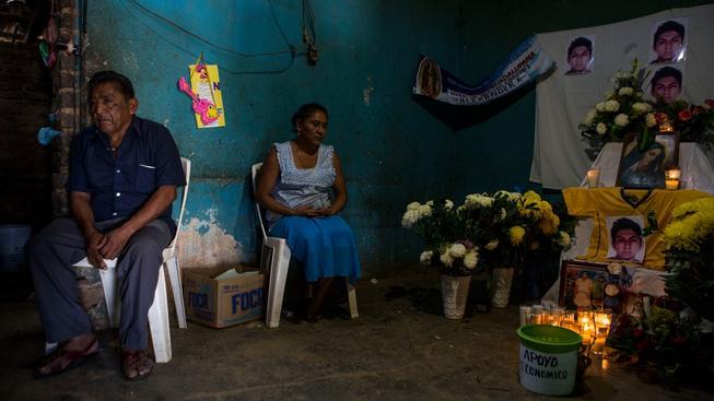 Rodina jednoho z unesených a zabitých studentů, jehož ostatky byly identifikovány jako první