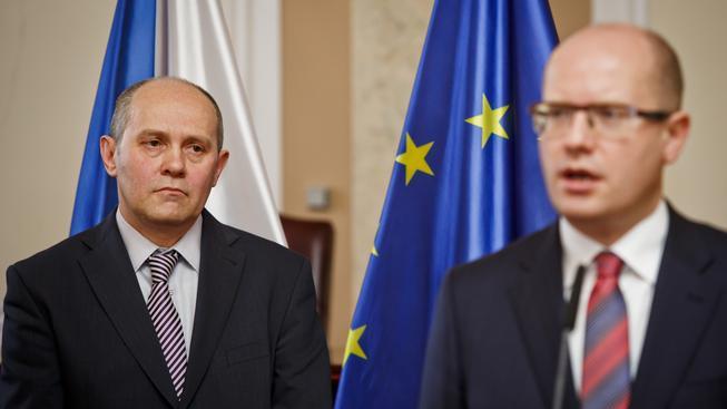 Josef Postránecký (vlevo) složil v pondělí slib do rukou premiéra Sobotky