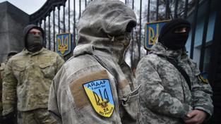 Bojovníci Ajdaru před branami ministerstva obrany