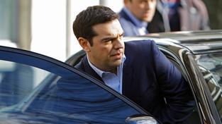 Typický obrázek Alexise Tsiprase - s rozhalenkou a ve vlastním autě