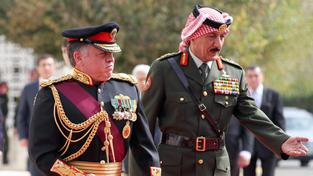 Král Abdalláh II. (vlevo) se svým šéfem kabinetu
