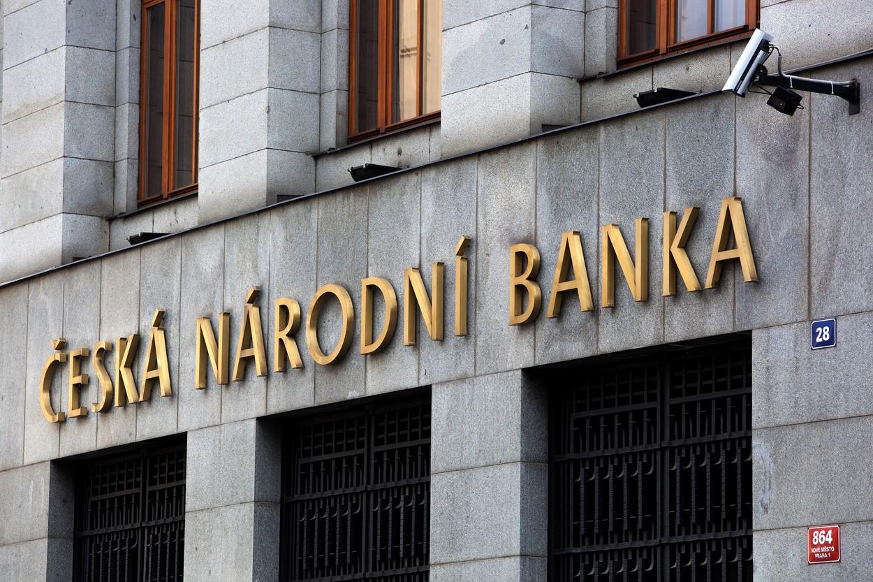 Česká národní banka bude dál uměle oslabovat korunu