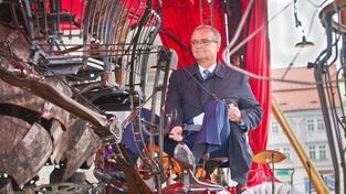 Korunní princ TOP 09 Miroslav Kalousek si vyzkoušel jízdu na kolotoči. Teď chce řídit stranu