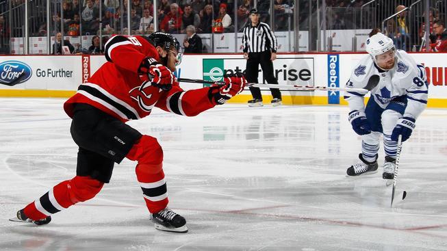 Patrik Eliáš právě střílí svůj 400. gól v NHL