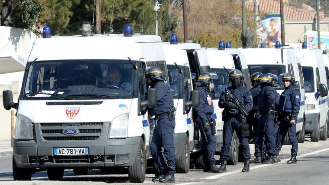 Na místě přestřelky drogových gangů zasahuje stovka policistů