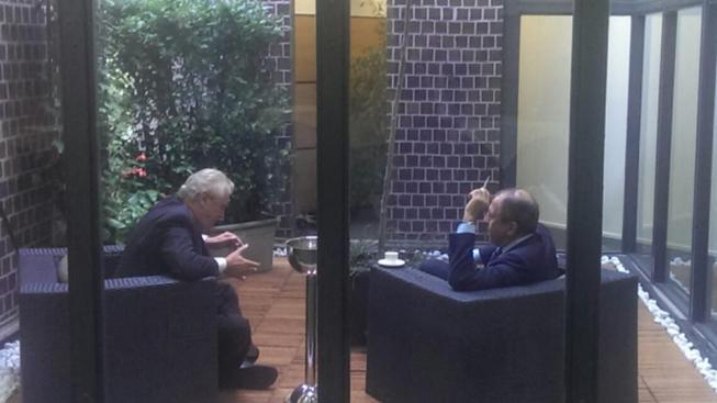 Prezident Zeman si v Miláně dává kafe a cigaretu a přátelsky debatuje s Lavrovem
