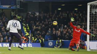 Petr Čech likviduje tutovku útočníka Evertonu Lukakua