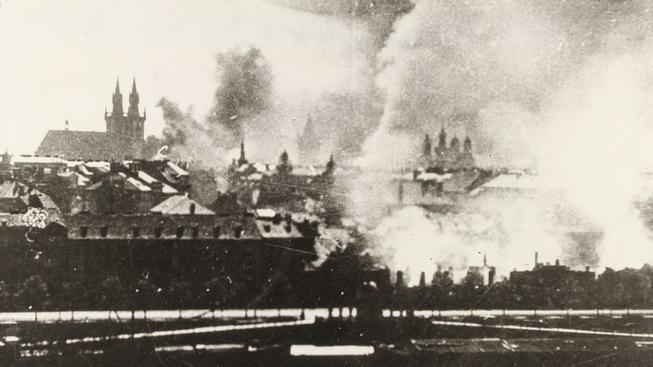Hořící Praha, rok 1945. Archivní snímek