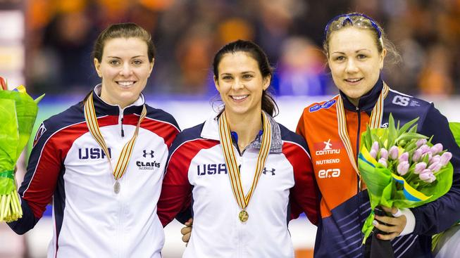 Karolína Erbanová (vpravo) s bronzovou medailí za 3. místo ze závodu na 1000 metrů