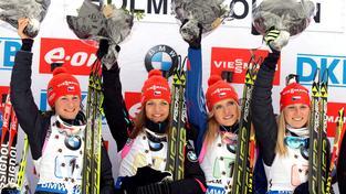 České biatlonistky na stupních vítězů v Oslu po triumfu ve štafetě