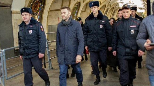 Putinova kritika Navalkéno opět zatkla policie