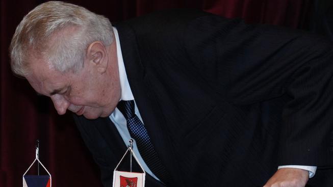 Podle kritiků se Zemanova zahraniční politika sklání před Ruskem