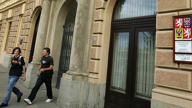 Plzeňská právnická fakulta opět může otevřít doktorandská studia