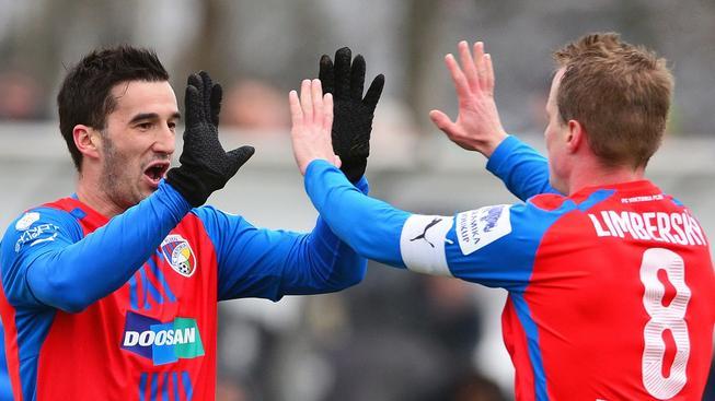 Aidin Mahmutovič (vlevo) s kapitánem Davidem Limberským při přípravném utkání