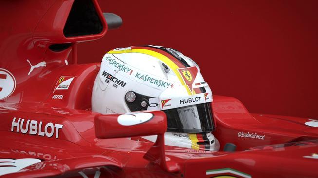 Sebastian Vettel v kokpitu Ferrari při předsezónním tréninku