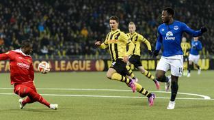 Romelu Lukaku (v modrém) nastřílel tři ze čtyř gólů Evertonu na půdě Young Boys