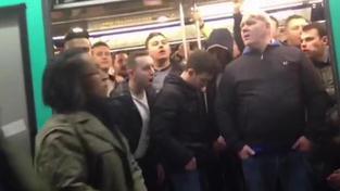 Fanoušci Chelsea v pařížském metru